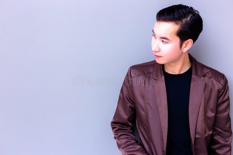 Attraktiver hübscher junger Mann betrachtet Kopienraum bezaubern stockbild