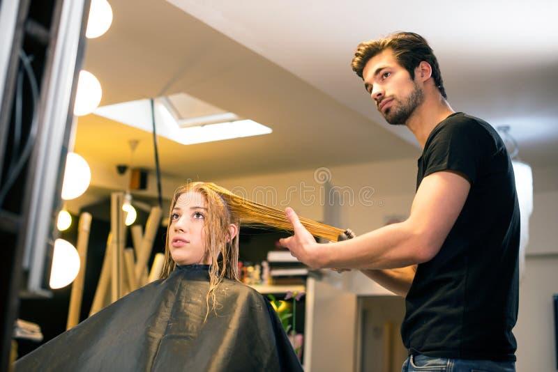 Attraktiver Haaraufbereiter stockfotos