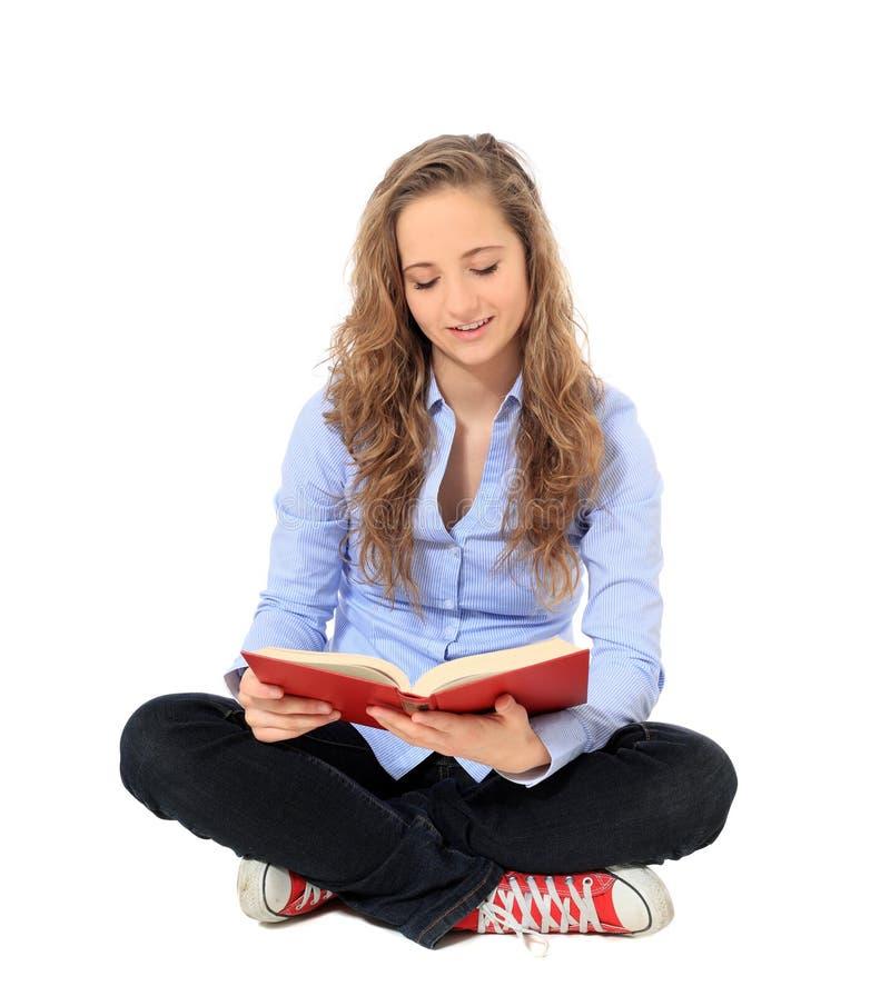 Attraktiver Jugendlicher, der ein Buch liest stockfotos
