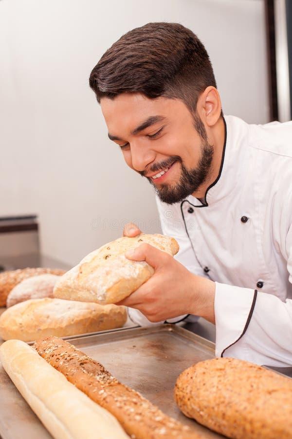 Attraktiver junger Chef arbeitet mit gebacken stockfoto