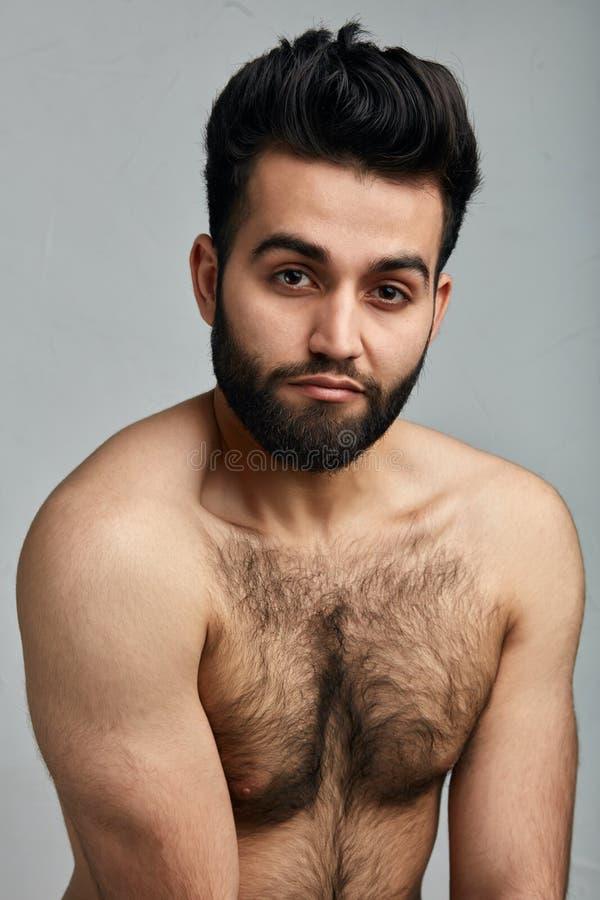Attraktiver junger indischer Kerl mit haarigem Körper stockfoto