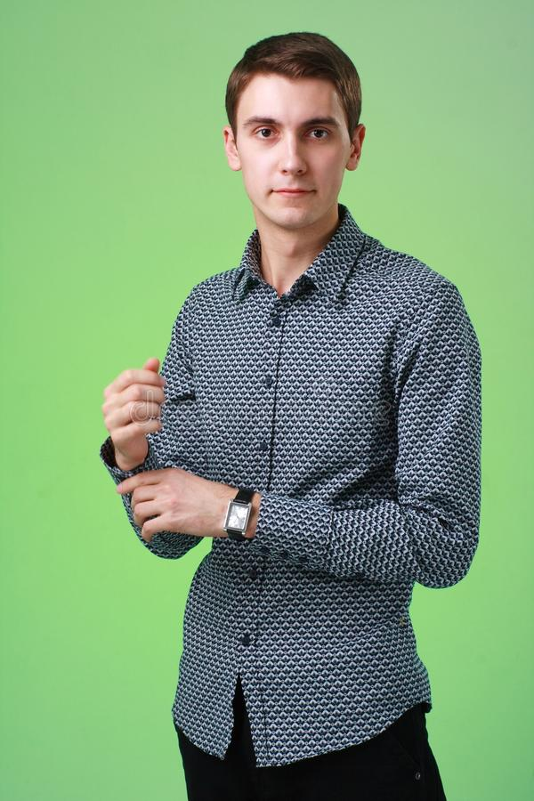 Attraktiver junger Mann stockfoto