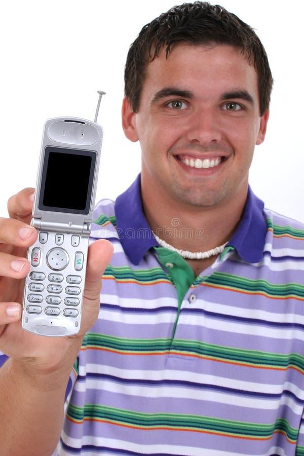 Attraktiver junger Mann, der heraus Mobiltelefon anhält stockfoto