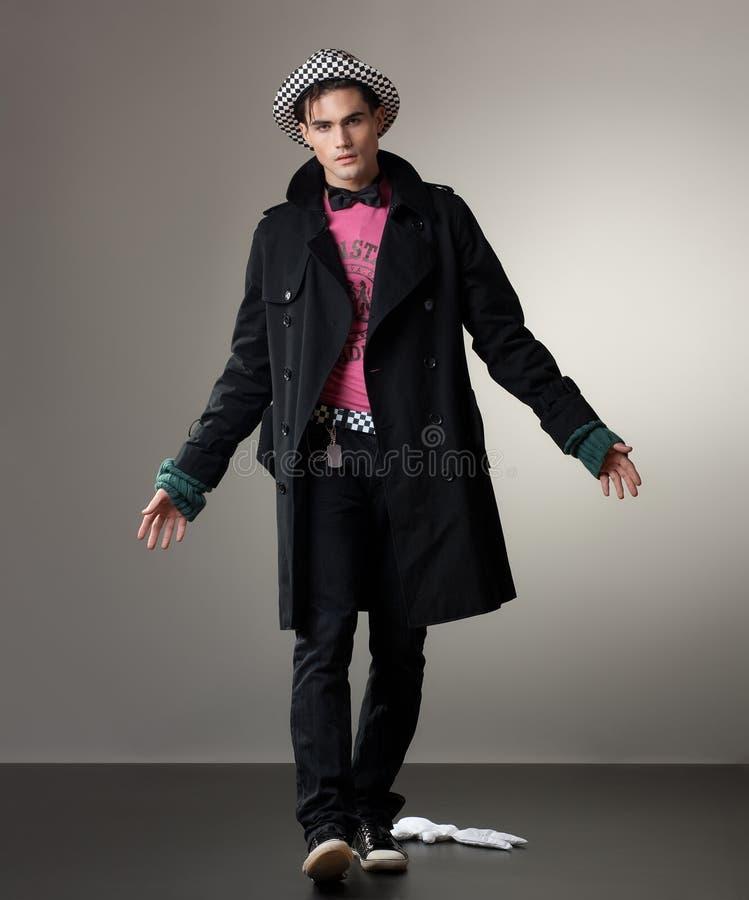 Attraktiver junger Mann, der im Studio aufwirft stockfotos