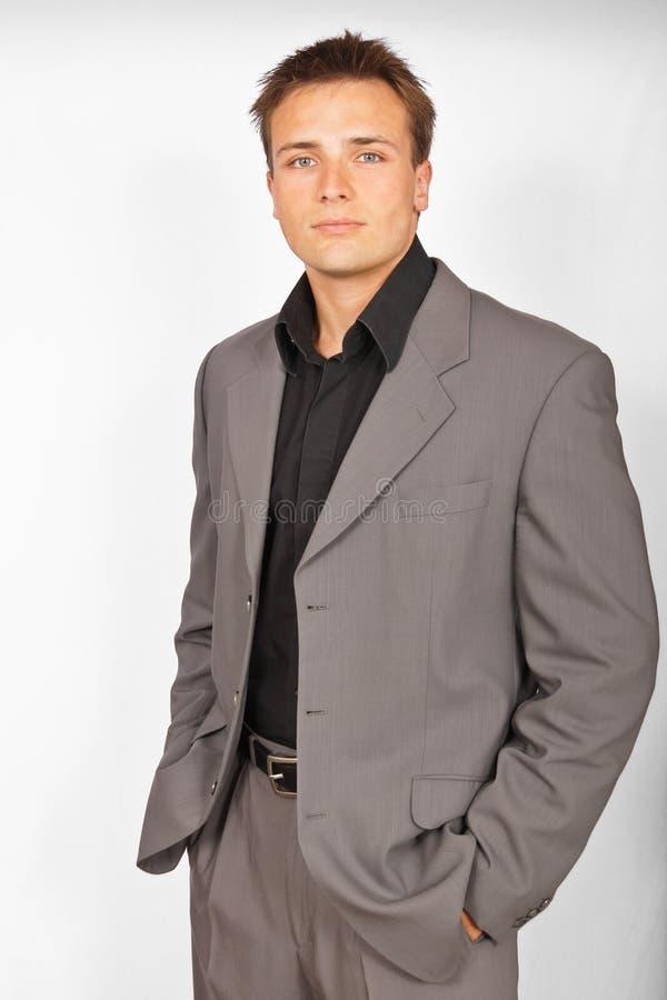 Attraktiver junger Mann in der Klage stockfotografie