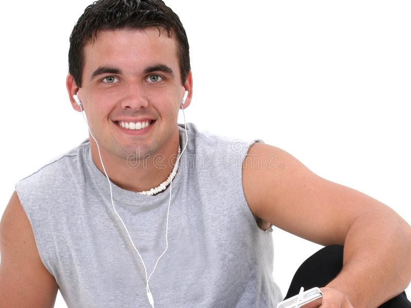 Attraktiver junger Mann, der Musik hört stockfotografie