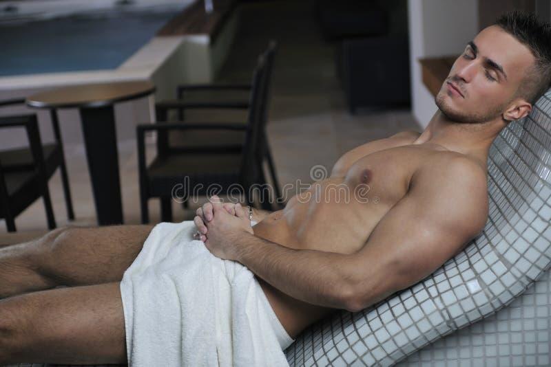 Attraktiver junger Mann in der Sauna lizenzfreie stockbilder