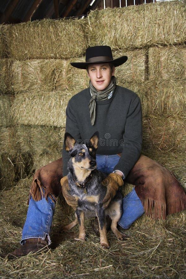 Attraktiver junger Mann-tragender Cowboyhut stockfotos
