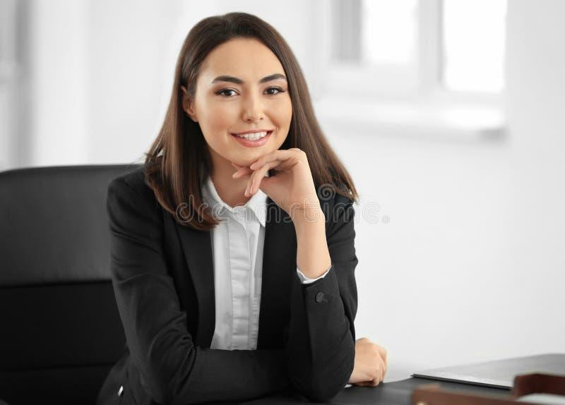 Attraktiver junger Rechtsanwalt lizenzfreie stockbilder