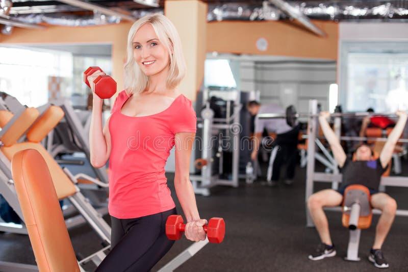 Attraktiver junger weiblicher Athlet bildet in der Turnhalle aus lizenzfreie stockfotos