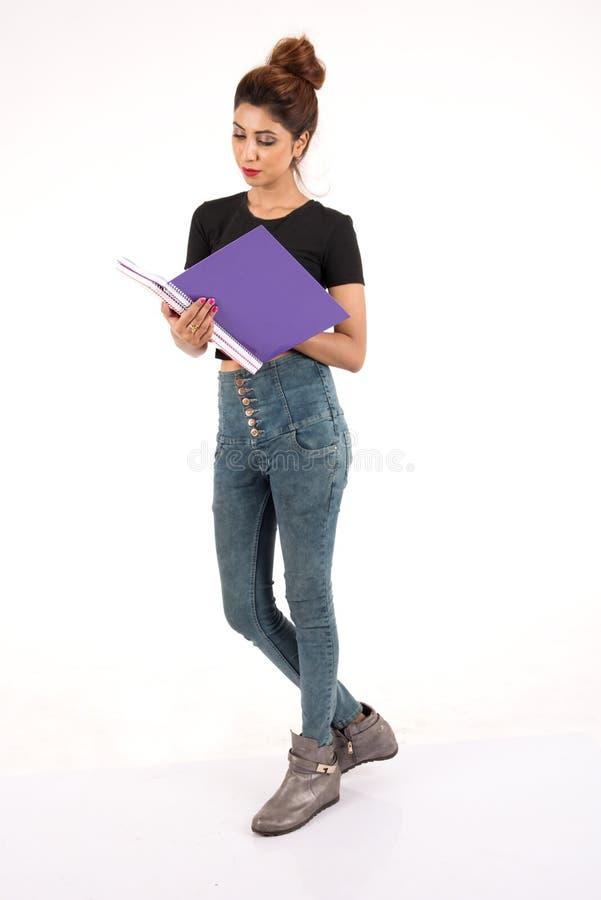Attraktiver junger weiblicher Kursteilnehmer lizenzfreie stockbilder