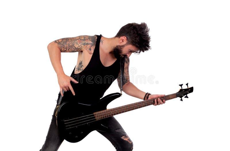 Attraktiver Kerl im schwarzen spielenden E-Bass stockfotografie
