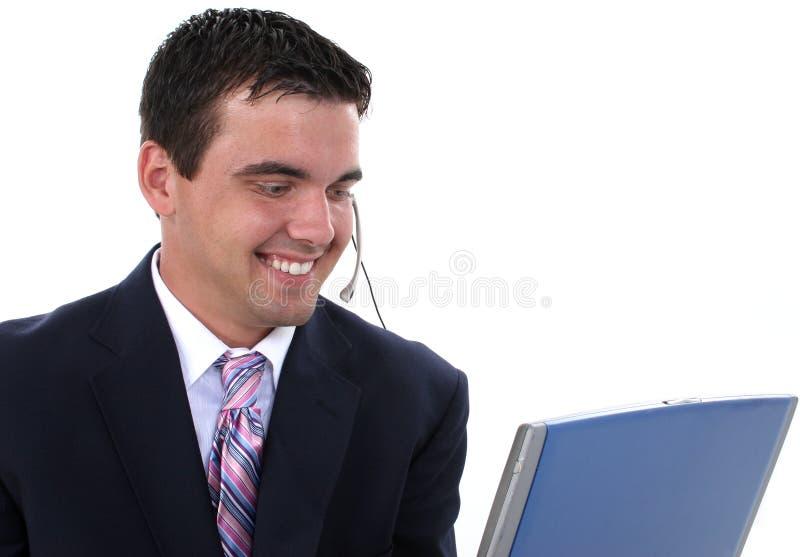 Attraktiver Kundendienst-Repräsentant mit Kopfhörer und Baut. lizenzfreie stockfotos