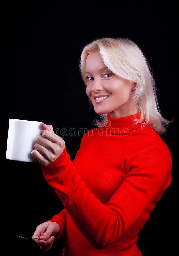 Attraktiver lächelnder blonder trinkender Tee stockfotografie