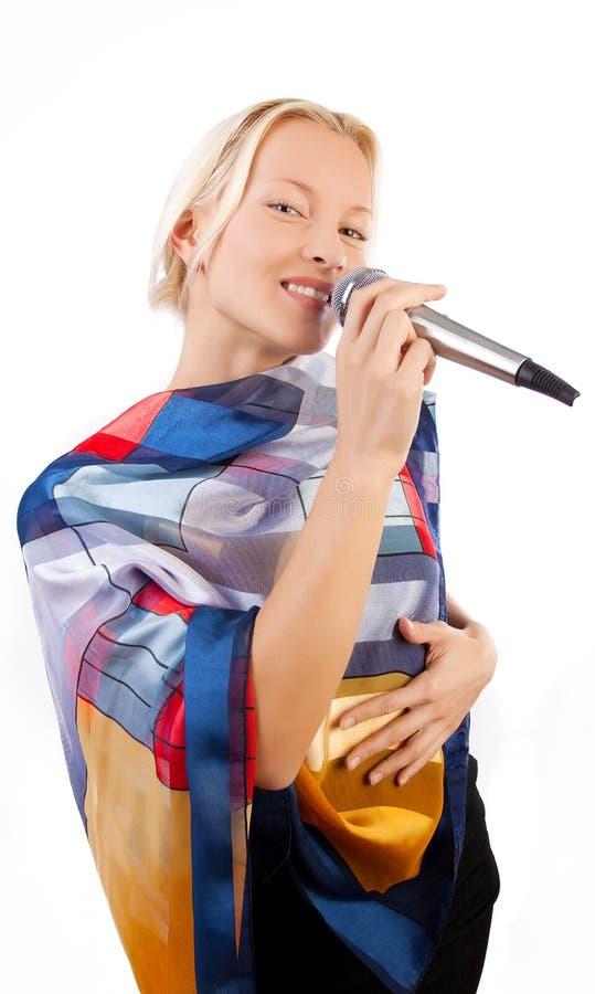 Attraktiver lächelnder Mädchen-Gesang lizenzfreies stockfoto