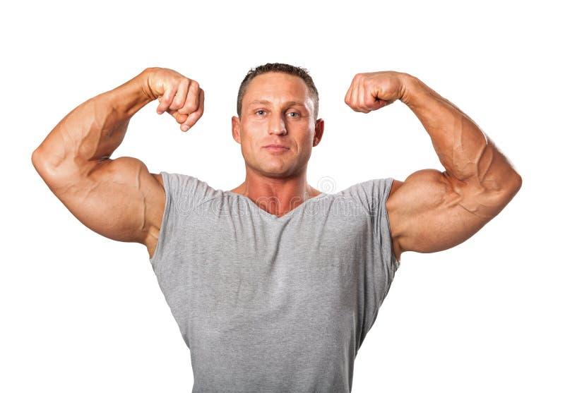 Attraktiver männlicher Bodybuilder, Wettbewerbhaltung zeigend, isolat lizenzfreies stockfoto