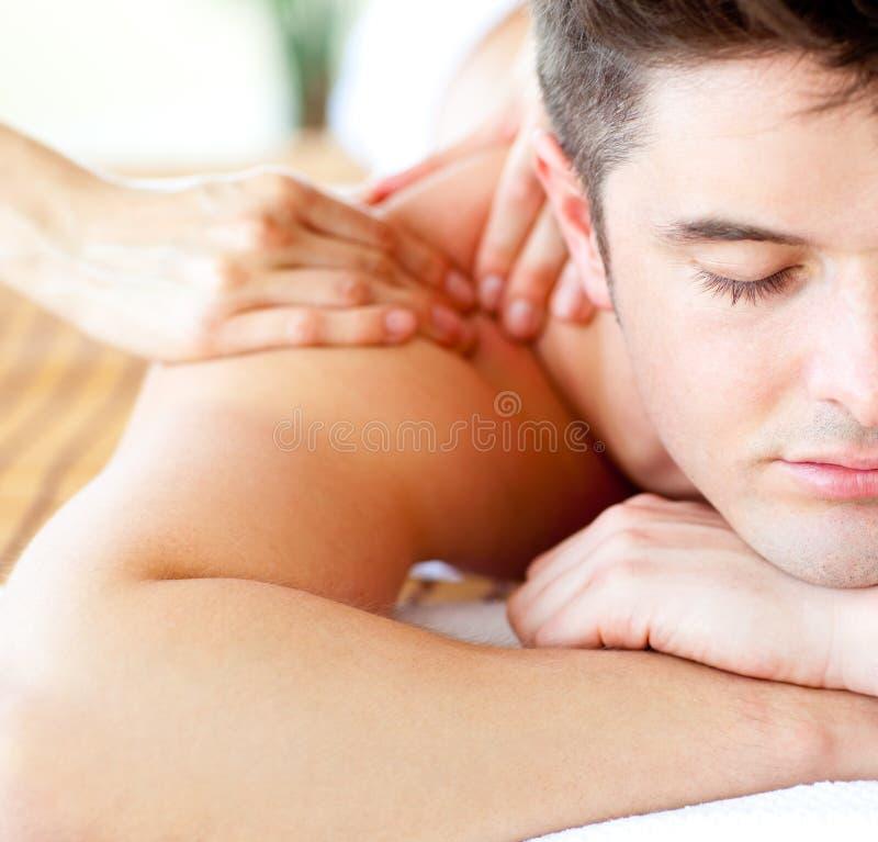 Attraktiver Mann, der eine rückseitige Massage hat lizenzfreies stockfoto