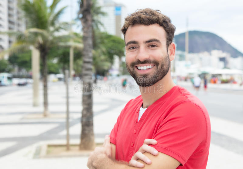 Attraktiver Mann mit rotem Hemd und Bart in der Stadt lizenzfreie stockfotografie