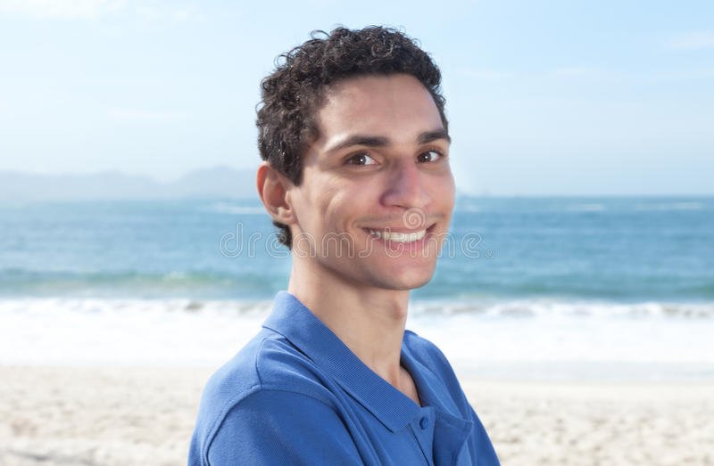 Attraktiver mexikanischer Kerl am Strand lizenzfreies stockfoto