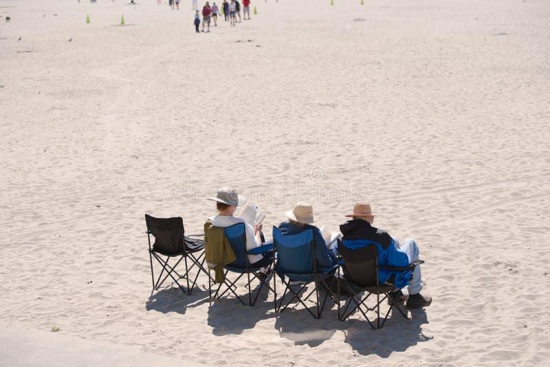 Attraktiver Nordwesten - ältere Leute stehen auf dem Ufer von still lizenzfreies stockfoto