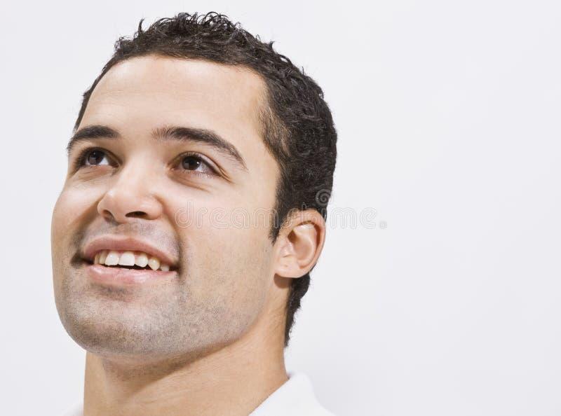 Attraktiver oben schauender und lächelnder Mann lizenzfreie stockbilder