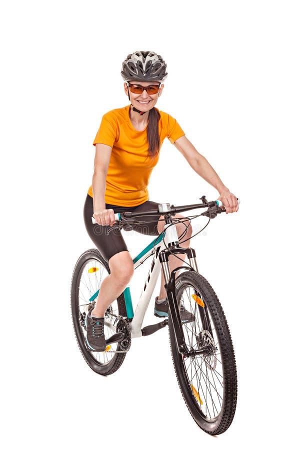 Attraktiver Radfahrer der erwachsenen Frau, ein Fahrrad reiten und betrachten den Ca stockfotos