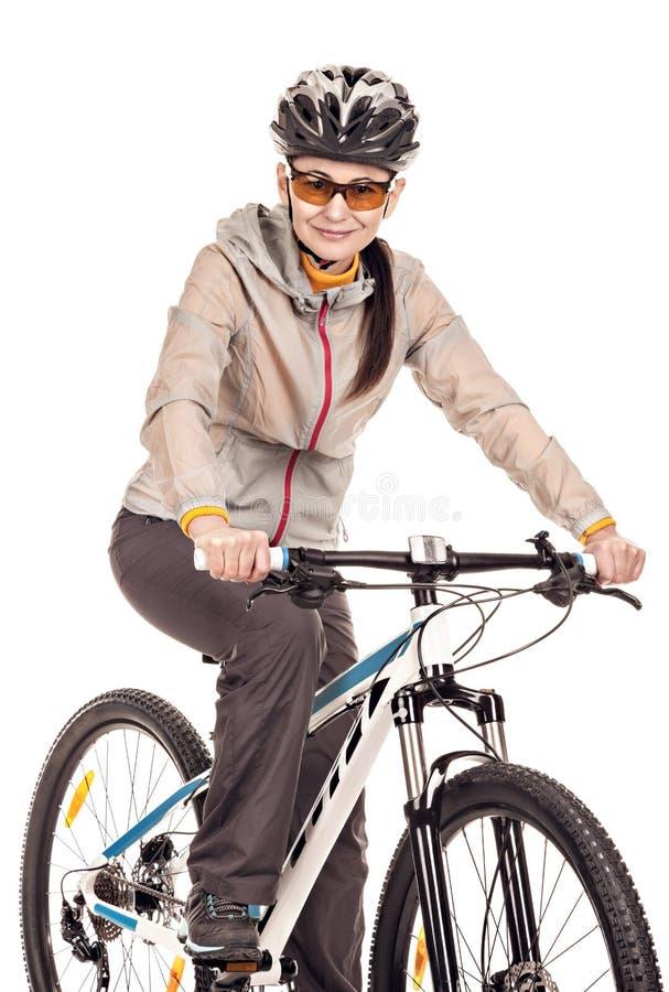 Attraktiver Radfahrer der erwachsenen Frau lokalisiert auf weißem Hintergrund lizenzfreie stockfotos