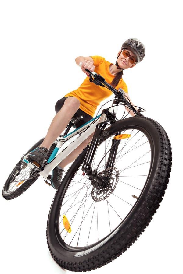 Attraktiver Radfahrer der erwachsenen Frau lokalisiert auf weißem Hintergrund lizenzfreies stockfoto