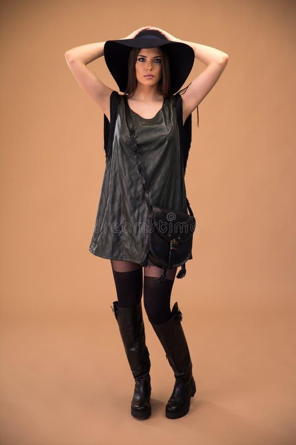 Attraktiver Stoff der jungen Frau in Mode stockfotos