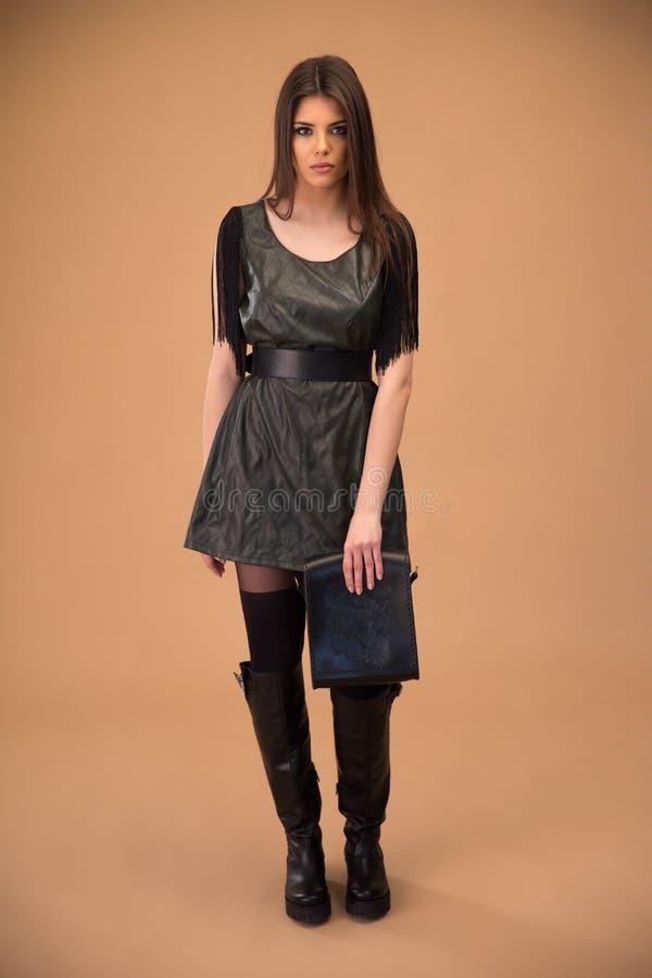 Attraktiver Stoff der jungen Frau in Mode lizenzfreies stockbild
