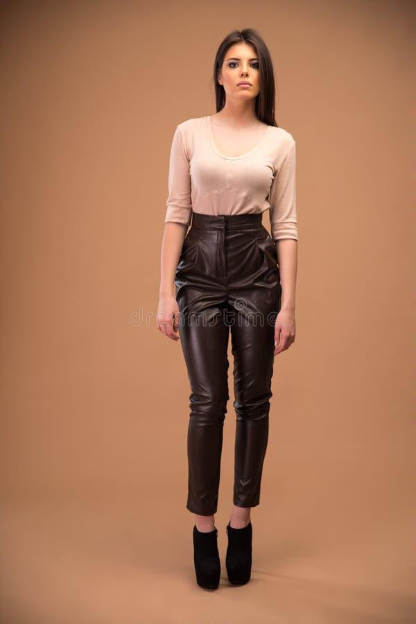 Attraktiver Stoff der jungen Frau in Mode lizenzfreie stockfotografie