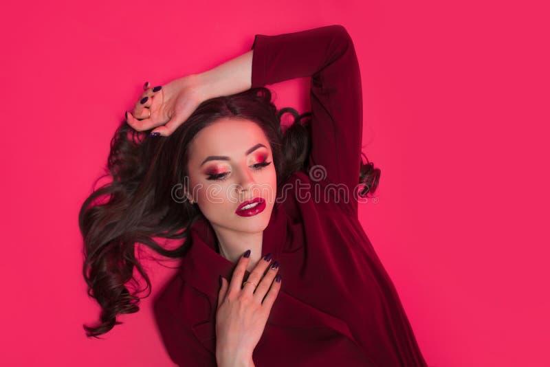 Attraktiver Tonblick des Brunette einer Porträt der stilvollen attraktiven jungen Frau stockbilder