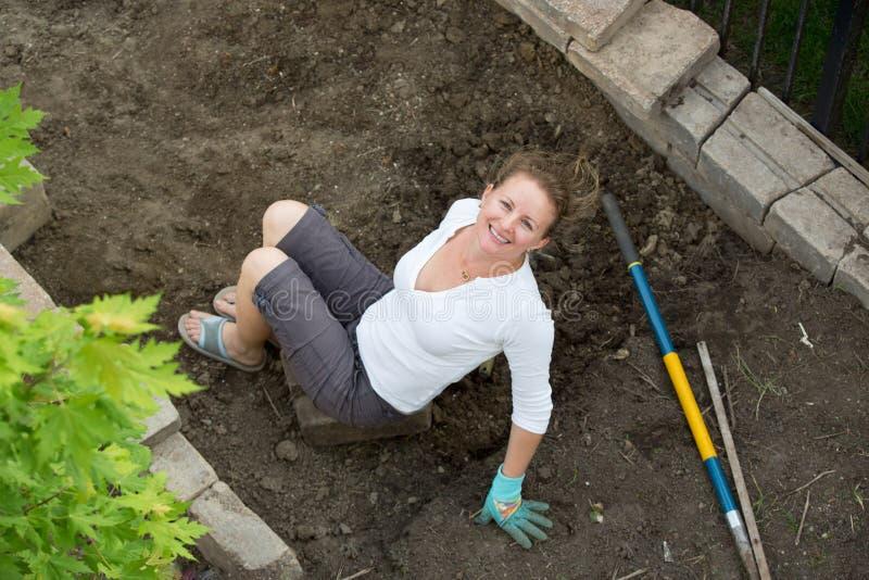 Attraktiver weiblicher Gärtner von mittlerem Alter lizenzfreie stockfotos