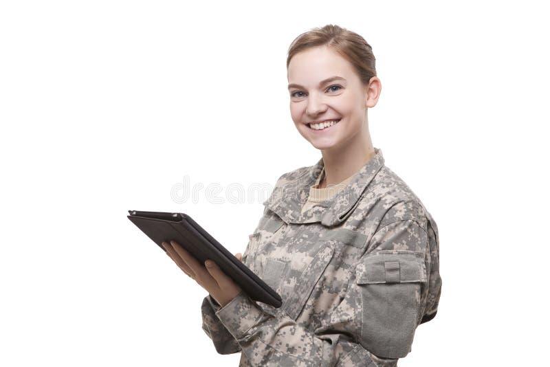 Attraktiver weiblicher Soldat mit digitaler Tablette lizenzfreies stockbild