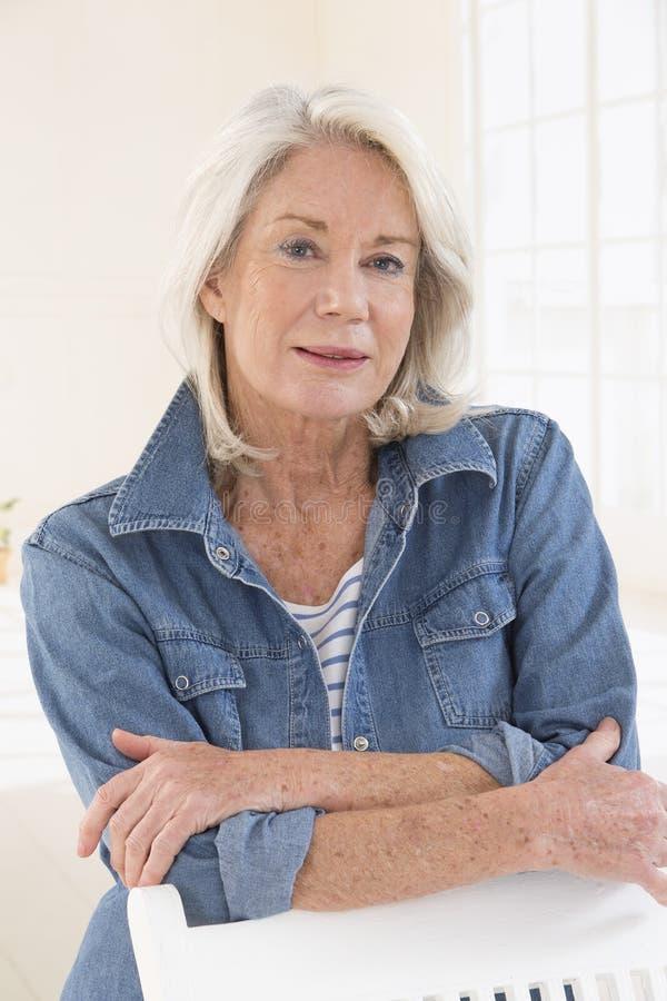 Attraktives älteres Frauenporträt, auf hellem Hintergrund mit Whit lizenzfreie stockbilder