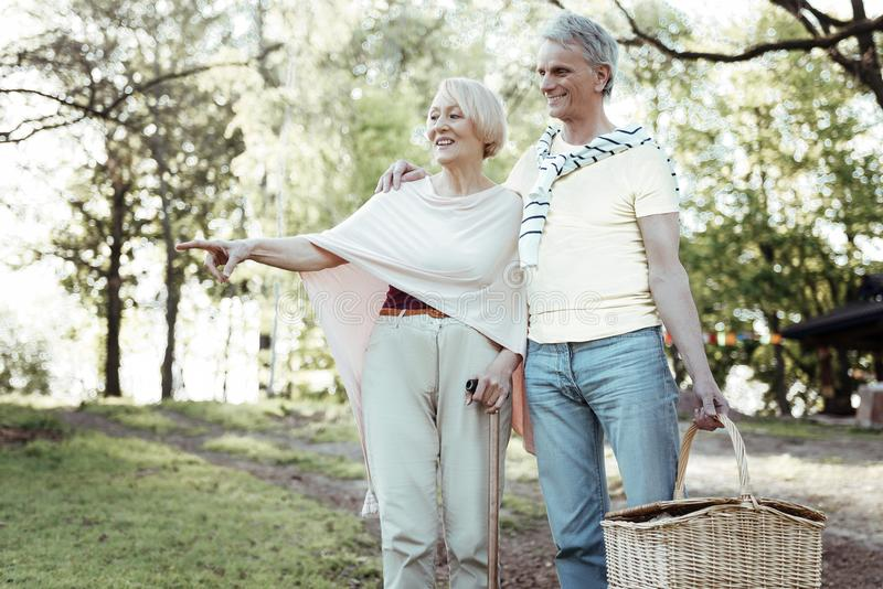 Attraktives älteres weibliches Zeigen auf etwas stockfoto