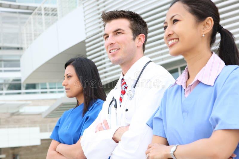 Attraktives Ärzteteam lizenzfreies stockbild