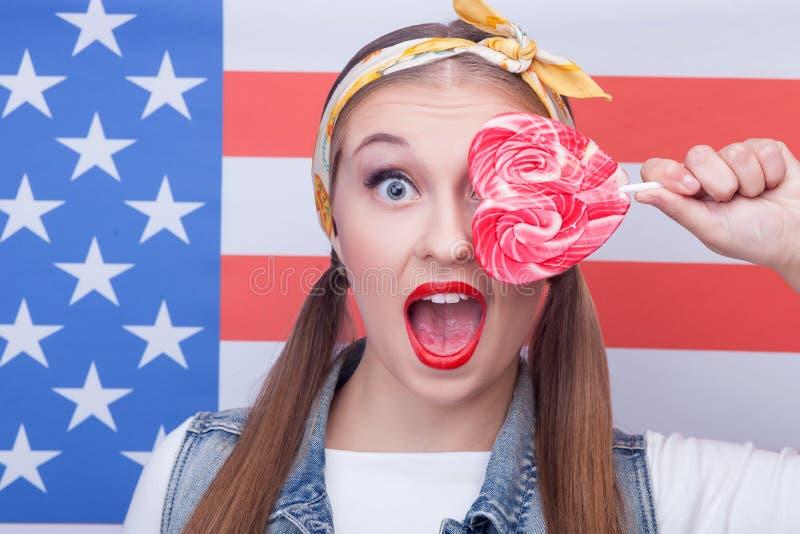 Attraktives amerikanisches Mädchen mit Bonbon farbiger Süßigkeit lizenzfreie stockfotografie
