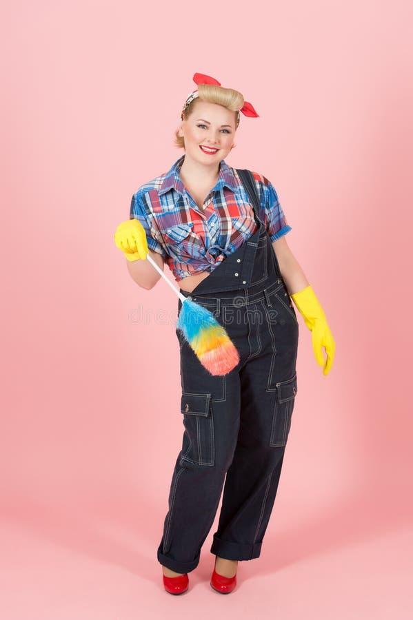 Attraktives Arbeitskraftmädchen mit Weiche färbte Staubtuch glücklich zu säubern Pin-up-Girl-Abwehrhände in den Handschuhen lizenzfreies stockbild