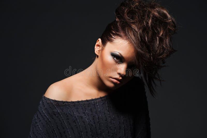 Art Und Weisebaumusterfrau Mit Den Geblasenen Haaren
