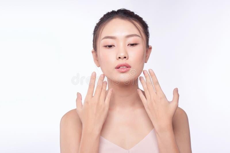 Attraktives asiatisches Frauenhautpflegebild auf wei?em Hintergrund stockfotografie
