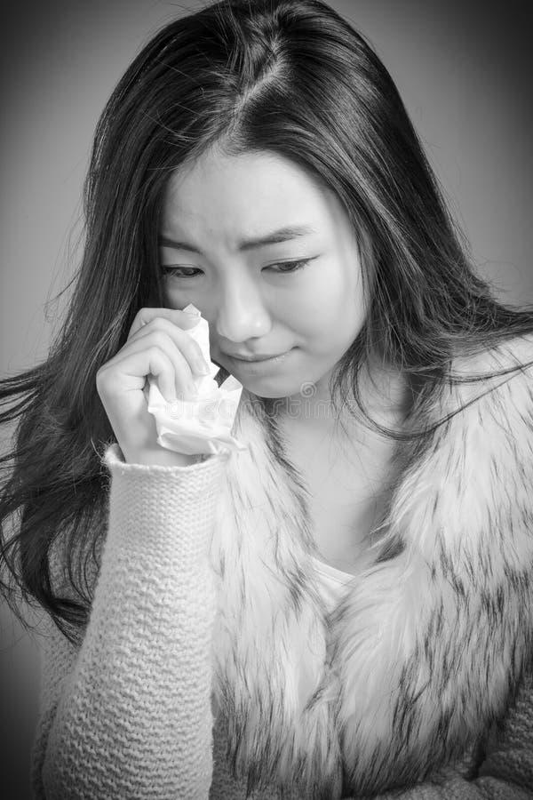 Attraktives asiatisches Mädchen in ihre Zwanziger Jahre an lokalisiert lizenzfreie stockfotos