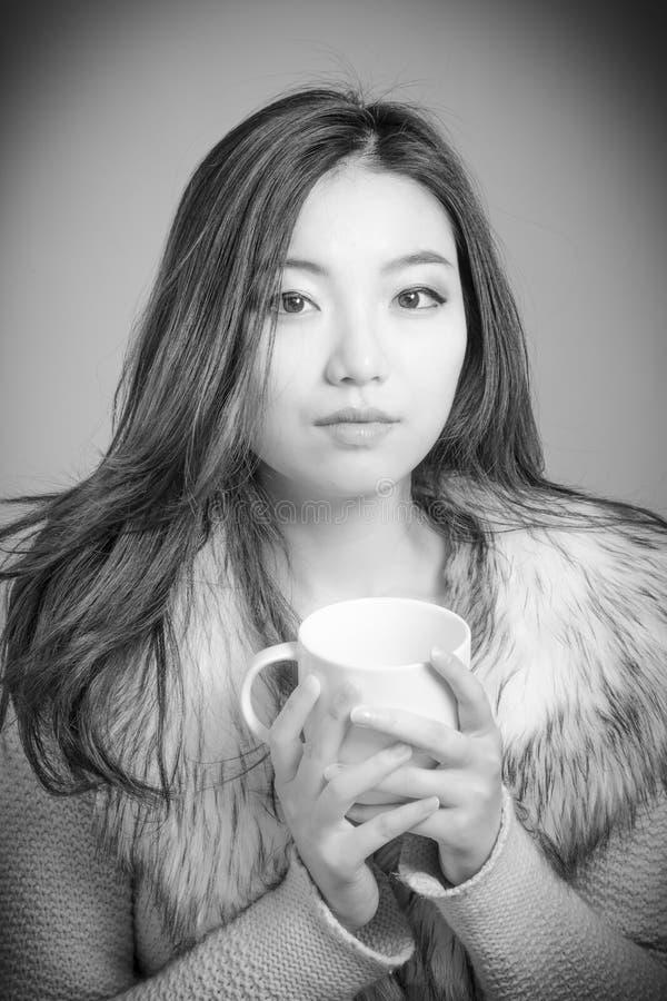 Attraktives asiatisches Mädchen in ihre Zwanziger Jahre an lokalisiert lizenzfreies stockbild