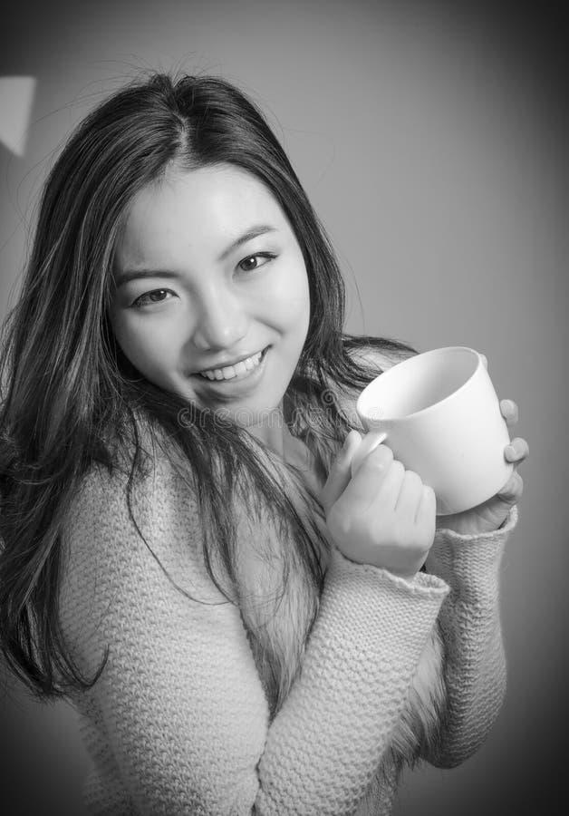 Attraktives asiatisches Mädchen in ihre Zwanziger Jahre an lokalisiert lizenzfreie stockfotografie
