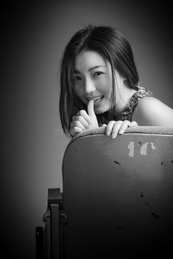 Attraktives asiatisches Mädchen in ihrem 20s am Theater stockfoto