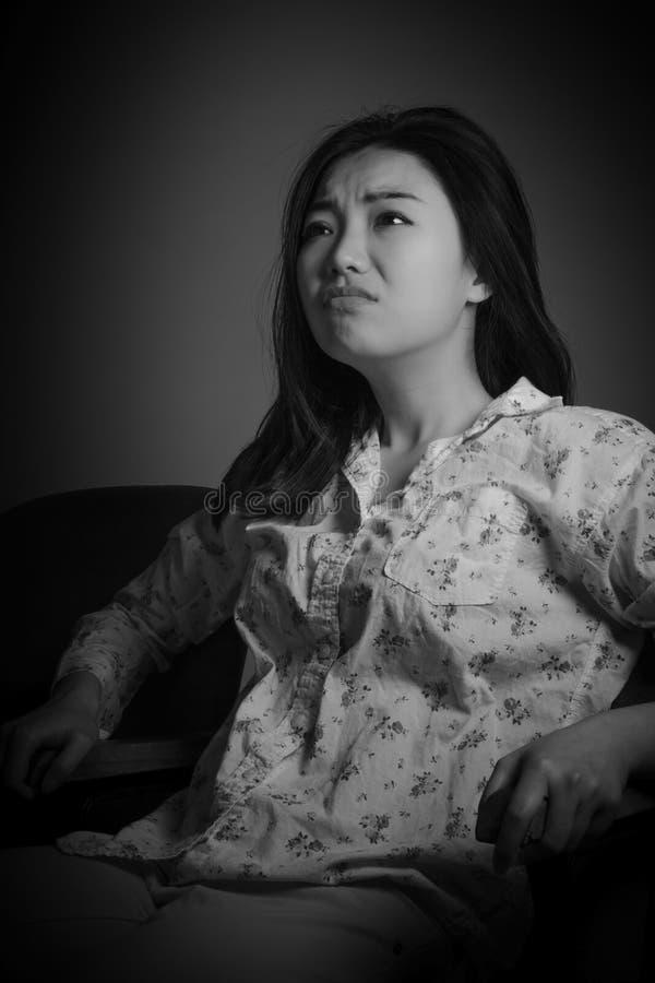 Attraktives asiatisches Mädchen in ihrem 20s am Theater stockbild