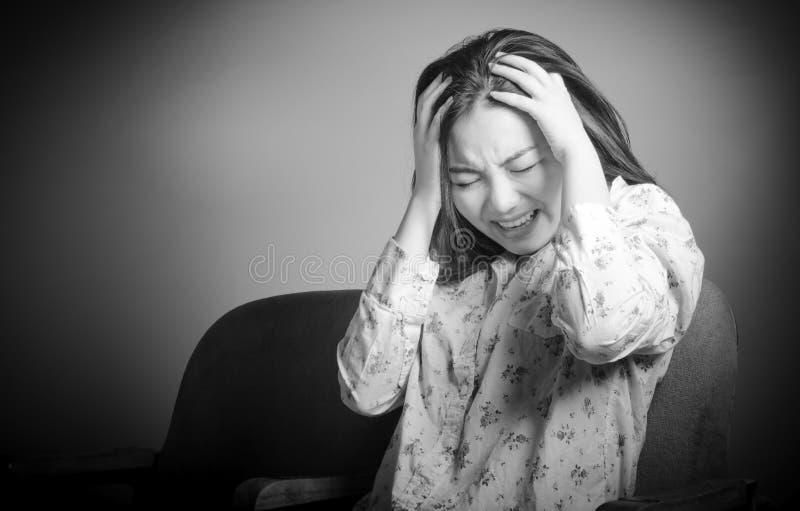 Attraktives asiatisches Mädchen in ihrem 20s am Theater stockfotografie