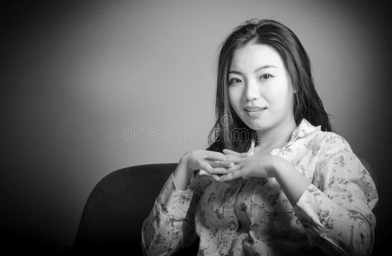 Attraktives asiatisches Mädchen in ihrem 20s am Theater stockfotos