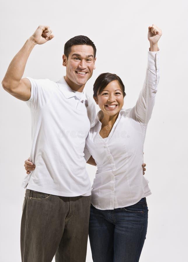 Attraktives asiatisches Paar-Zujubeln lizenzfreie stockfotos