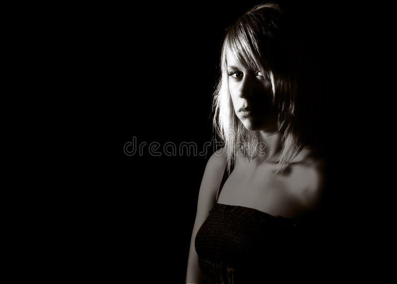 Attraktives blondes Mädchen, das Kamera betrachtet stockfotos